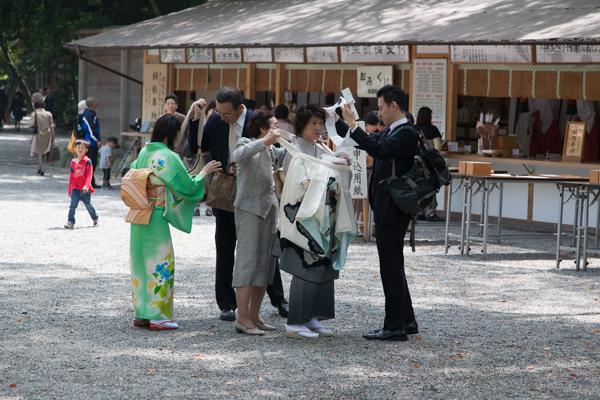 Festlich gekleidet für den Hatsumiyamairi, den ersten Schreinbesuch von Babys