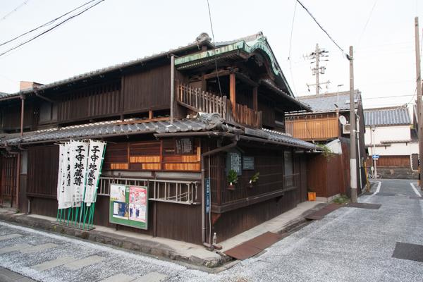 Traditionelles Haus mit Dach-Schrein